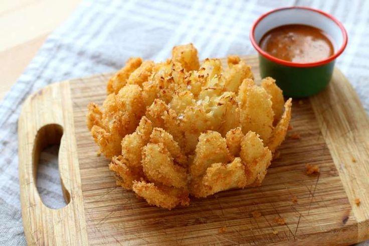 Se você gosta dos anéis de cebola fritos, esta receita de flor de cebola frita é…