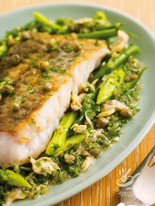 Hake with asparagus - Il Nasello agli asparagi in salsa verde è una idea sfiziosa e salutare per dare un tocco di novità al solito menu di piatti a base di pesce.