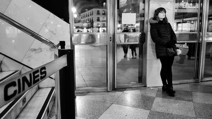 """DÍA 20: """"¿Vendrá a su cita?"""" La noche perfecta para quedar con alguien especial y ver esa película de la que tanto has hablado. Con o sin compañía """"La la Land"""" es un regalo. #lalaland, #cinesideal, #viernesdecine, #lacita, #superando, #sueños, #miedos, #mimundo, #daytoday, #lauramardi, #lauramardi_proyecto365, sólo fotos con #galaxys7edge"""