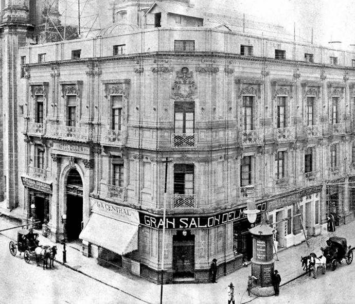 El Gran Hotel Gillow, propiedad de Don Luciano Figaredo y construido por el joyero inglés Thomas Gillow, en una imagen de inicios del siglo XX. El céntrico hotel ha sufrido diversas modificaciones y sigue en pie desde 1875 hasta el día de hoy, en la esquina de Isabel la Católica y Cinco de Mayo en México, D.F.