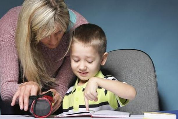 Ένα παιδί τραβάει τα φωνήεντα και τα σύμφωνα και η φωνή του τρέμει (Δυσαρθρία)