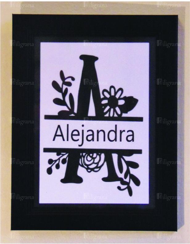 La inicial de tu nombre recortada en cartulina. Síguenos en www.facebook.com/perfilfiligranasiluetas. Mas información en correo@filigranasiluetas.cl
