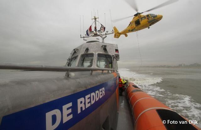 Foto van Dijk @Fotovandijk Voor oefening hoist de NHV SAR Helikopter bemanningsleden van reddingboot De Redder @knrm @KNRMKatwijk