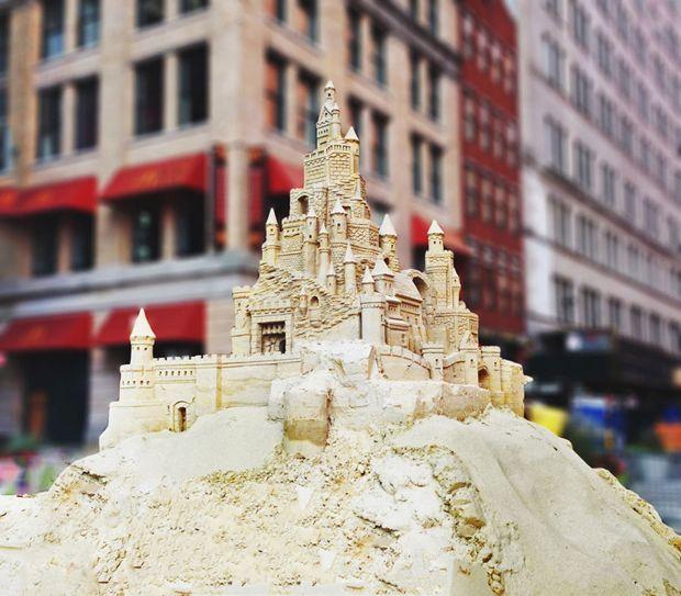 Castillos gigantes de arena aparecen en las calles de Nueva York