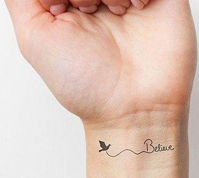 tatuajes femeninos en la muñeca con frases