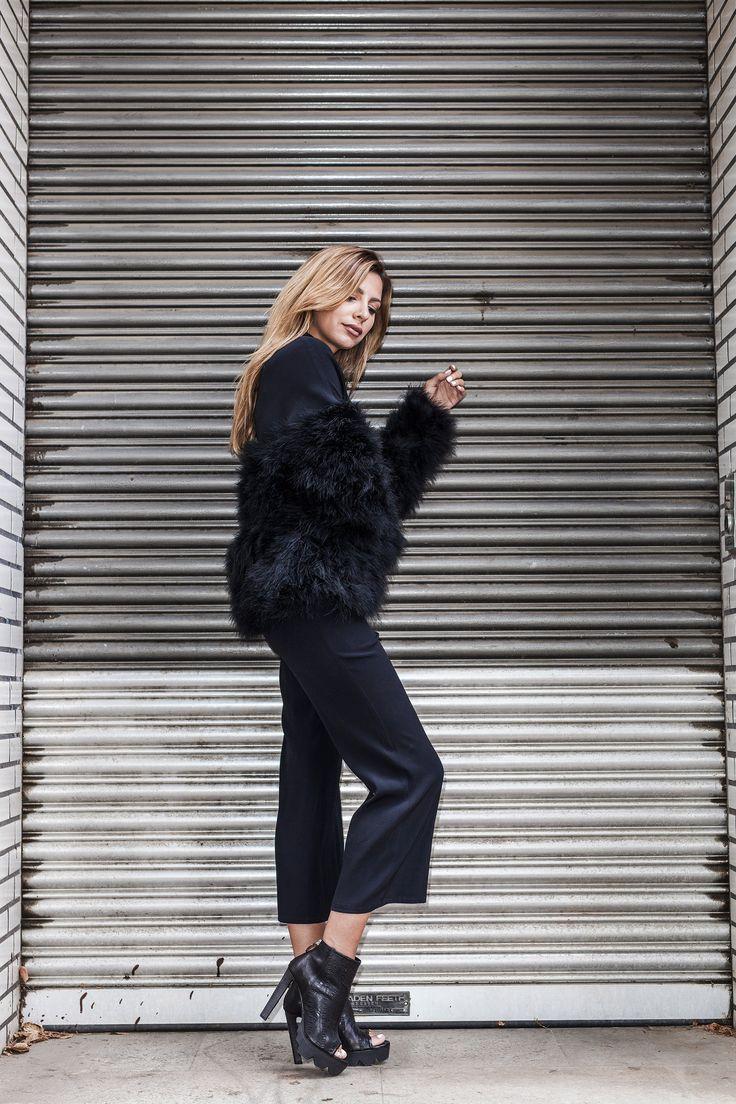 Feel sexy. Feel free. Jeder kennt diese Abende, man ist auf einer Veranstaltung eingeladen und hat einfach Lust sich mal wieder so richtig schick zu machen. Das kleine Schwarze, die tollen High Heels - vielleicht dieses Mal sogar mit einem ganz besonderem optischen Highlight. #soerenfashion #autmn #collection #fur #ncnatures #iheart #vicmatie #fashion #shooting #inspo