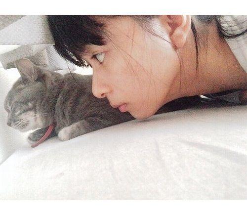 芳根京子が愛猫とキュートな寝起きショット