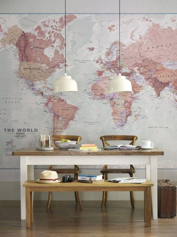 Grote wereldkaart op de muur in mooie kleurencombi. achterwand keuken?