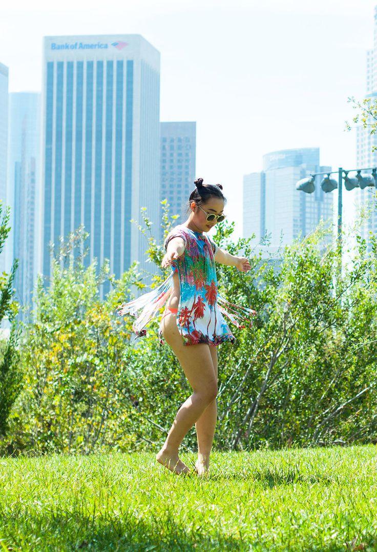 Comprar ropa de este look:  https://lookastic.es/moda-mujer/looks/vestido-playero-multicolor-top-de-bikini-rojo-braguitas-de-bikini-rojas-gafas-de-sol-verdes/13122  — Gafas de Sol Verdes  — Vestido Playero Multicolor  — Braguitas de Bikini Rojas  — Top de Bikini Rojo