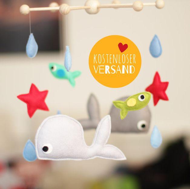 Dieses wunderbare Mobile ist ein tolles Geschenk zur Taufe oder zur Geburt eines Babys.   Es besteht aus 4 Tieren (2 Walen und 2 Fischen) und Seesterne + Wassertropfen. Alle Tierchen und Blätter...