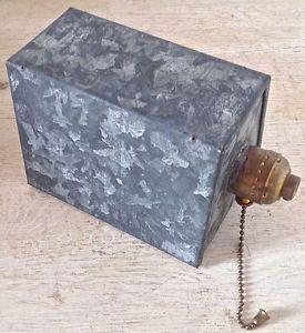 Antiquité Collection. Style industriel. Lampe en fer galvanisé Lévis…