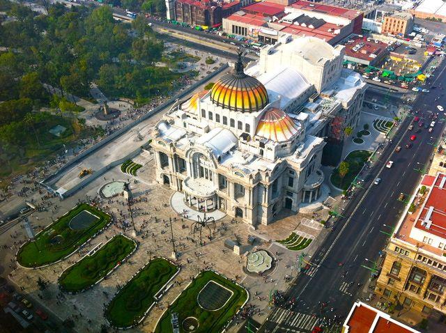 Vista panorámica del Palacio de Bellas Artes desde el mirador de la Torre Latinoamericana en Ciudad de México