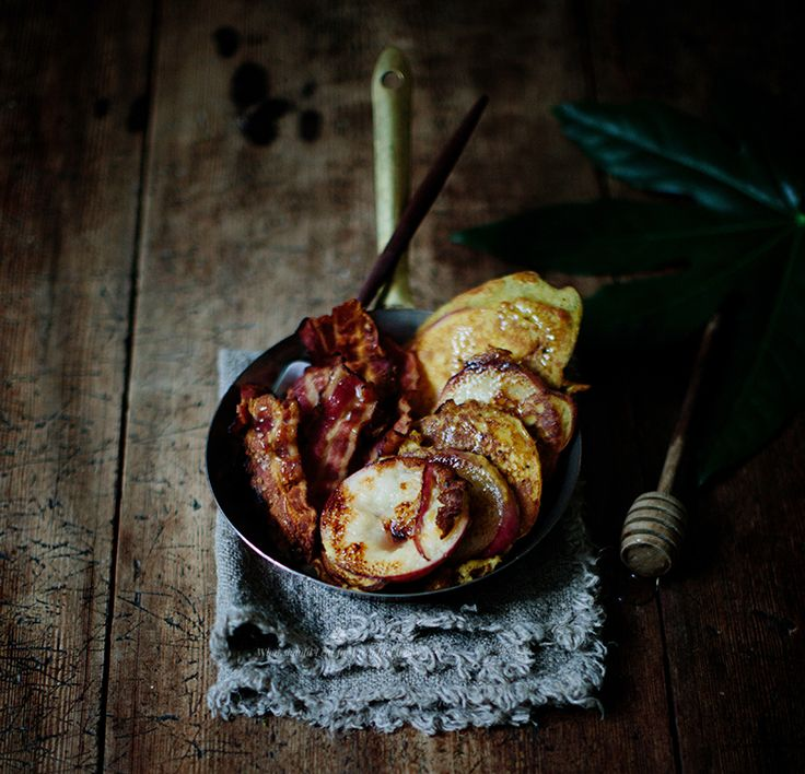 Paelo peach pancakes with bacon / Marta Greber