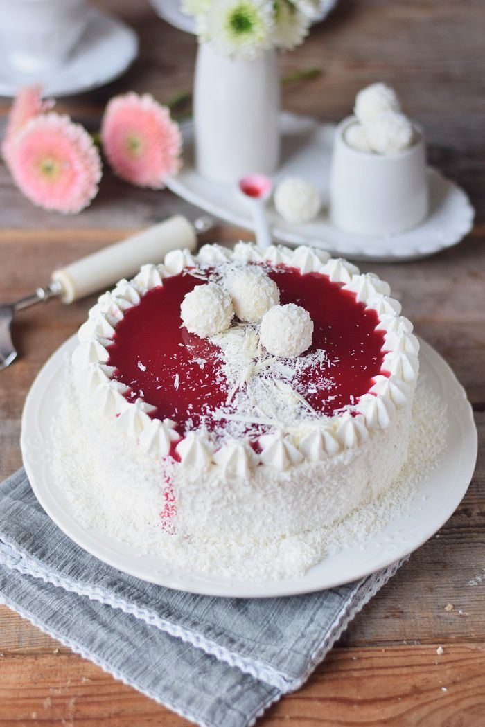 Kokos Mousse Torte mit Himbeer Mousse Kern und weißer Schokolade - Fruchtige Raffeelo Torte | Das Knusperstübchen