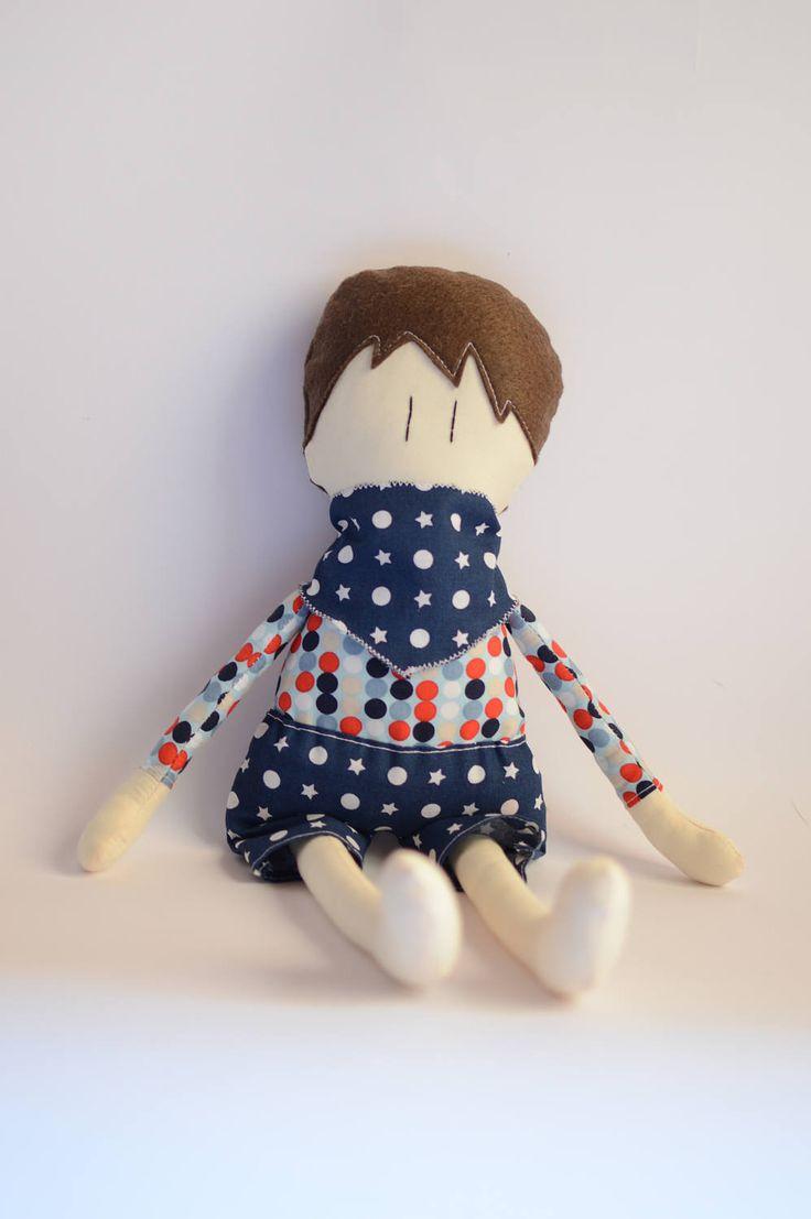 Bambola di stoffa versione maschietto fatta a mano con tessuti di cotone, ovatta e feltro - Bambola DA REALIZZARE personalizzata. di IlFioccodiIleana su Etsy
