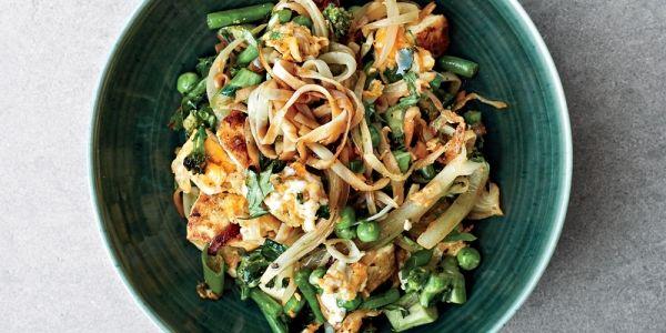Recept! Glutenvrije rijstnoodles met broccoli, doperwten en sperziebonen | ELLE Eten