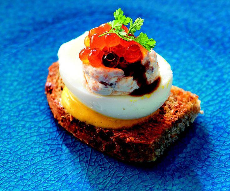 Crostini con uova ripiene al salmone