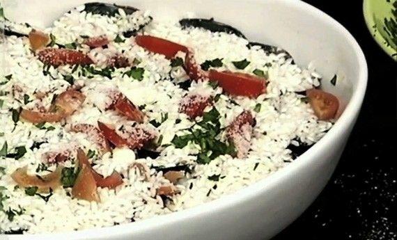 Una ricetta tipica della cucina giapponese, adattissima per una cena romantica: è il Tataki, tonno scottato al sesamo. Una vera prelibatezza che delizierà il vostro palato e anche quello della vostra dolce metà. Un piatto semplicissimo, da preparare in pochi minuti, che vi farà fare un figurone. Preparazione Prendete una ciotola e mescolate un po' di salsa di  … Continued