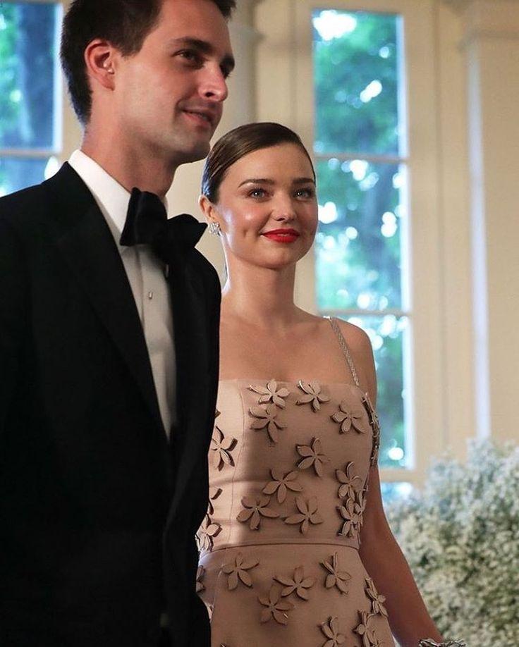 Miranda Kerr สาวสวย Supermodel และคู่หมั่นหนุ่ม CEO Snapchat Evan Spiegel จูงมือเข้าพิธีวิวาห์เป็นที่เรียบร้อยที่บ้านพักของทั้งสองใน LA มีเพียงเพื่อนสนิทและคนครอบครัวที่ได้รับเชิญร่วมงาน...Congrats Miranda and Evan!������ #MirandaKerr #EvanSpiegel #MirandaEvan #JustMarried #DichanEntertainNews http://gelinshop.com/ipost/1524626638905013525/?code=BUoj9mrB_UV