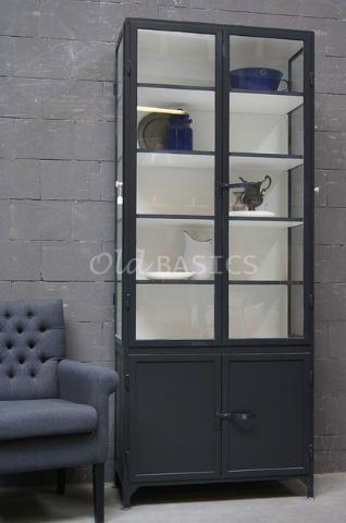 Apothekerskast 10169 (zwartgrijs) - Bijzondere ijzeren apothekerskast met deuren aan zowel de voorzijde als beide zijkanten. Deze kast kan op maat gemaakt worden in elke maat, kleur en uitvoering.
