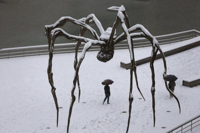 La escultura de Louise Bourgeois 'mama', instalada junto al museo Guggenheim de Bilbao