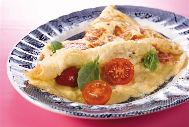 Juusto-tomaattimunakas ✦ Munakas sopii täyttäväksi viikonloppuaamun aamiaiseksi tai nopeaksi päivälliseksi. Piristä munakasta kirsikkatomaateilla tai muilla suosikkikasviksillasi. http://www.valio.fi/reseptit/juusto-tomaattimunakas/