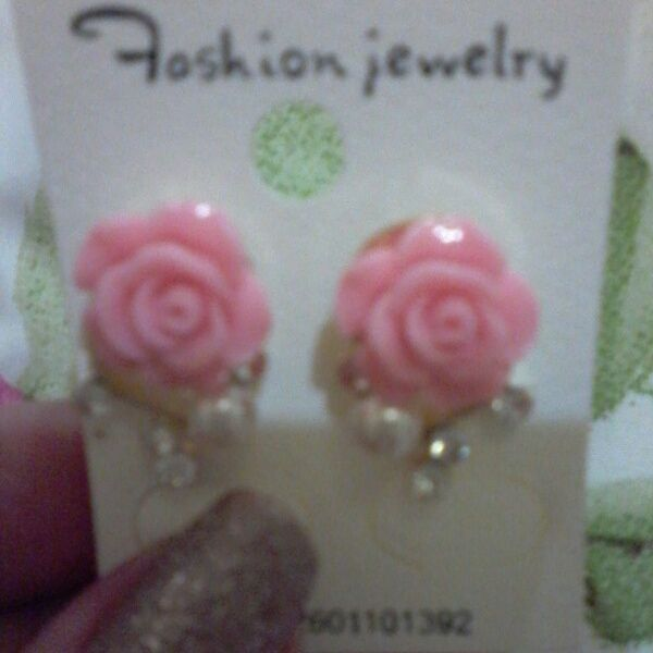 Brincos rosas.
