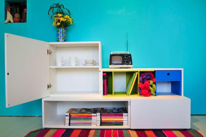 Muebles modulares en melamina, componentes intercambiables que forman distintas soluciones mobiliarias.