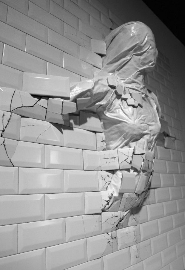 L'enfance chaotique de Graziano Locatelli a développé chez l'artiste une fascination troublante et intense pour les objets brisés. Dans ses oeuvres, Grazia
