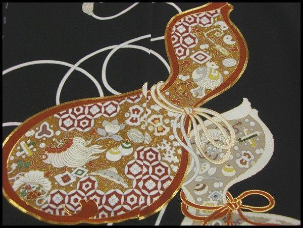 ☆京友禅☆手描き留袖 宝づくし模様お仕立て付t2 寸法 身長168cm位の方までお仕立可能です。 素材 素材:絹100% 商品説明 京友禅 宝づくし模様の手描き留袖でございます。 上前に寄り添うように並んだ二つの瓢箪が、晴れのお席にはぴったりの絵柄です。 瓢箪の中には宝づくしがびっしりと手描きで表されております。 白抜きした紐がすっきりと黒地に映える、おしゃれな留袖です。 帯合せで幅広い年代の方にお召し頂ける一枚です。 1枚目の画像が現物に近い色目となります。 商品状態 新品 未仕立て(お仕立付き)...