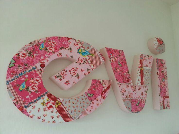 """Piepschuim letters voor in de kinderkamer, lichtroze zijkanten en gedecoreerd met de stof """"Patchwork Roze'.  Styrofoam text, decorated by www.PiepschuimDecoratie.nl"""