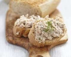 Rillettes de poulet faciles : http://www.cuisineaz.com/recettes/rillettes-de-poulet-faciles-au-yaourt-67053.aspx