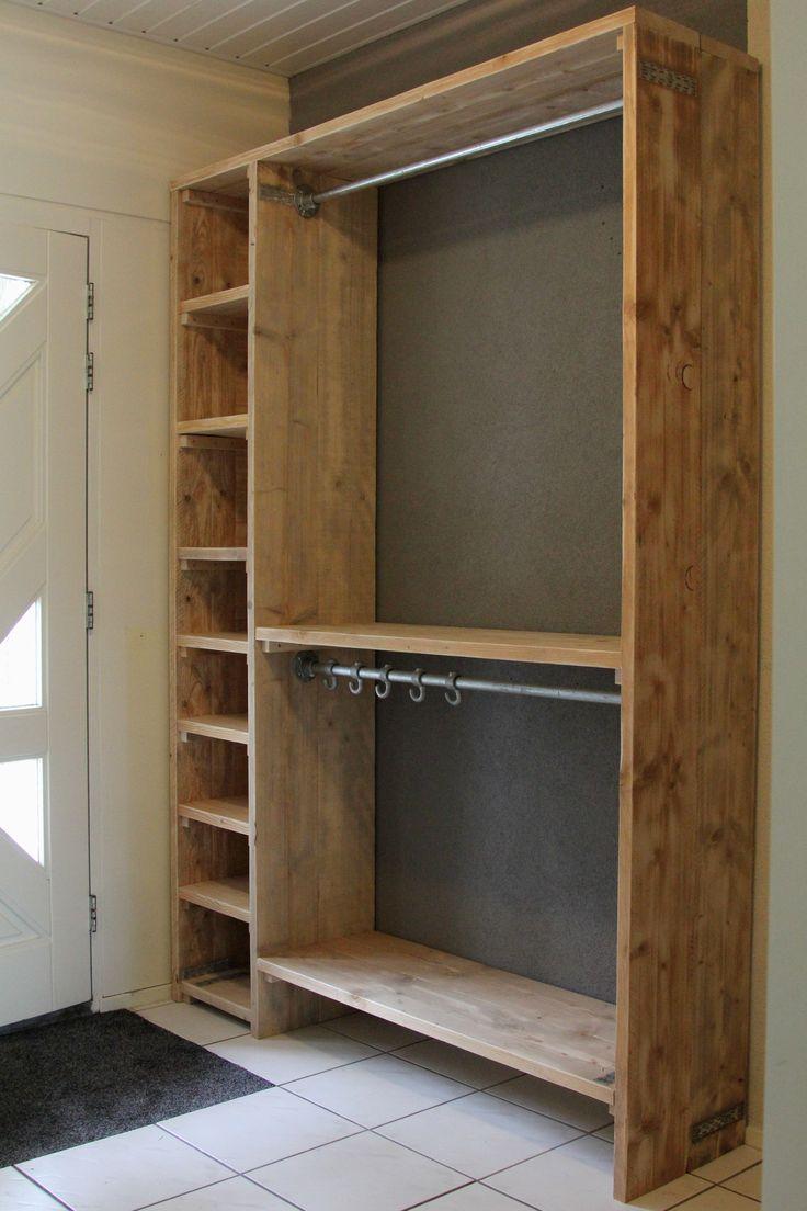 Garderobe kast geheel van steigerhout en steigerpijp hangsysteem. gemaakt en gefotografeerd door Leen de Ruiter