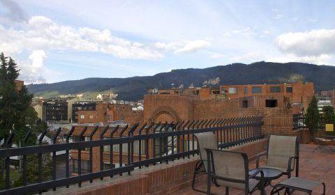 Colombia, Bogota. Este familiar apartamento duplex con muy buenos espacios, cuenta con 270mtrs mas 100 de terraza. http://www.colombiaexclusive.com/inmobiliaria/laremodelacion.php?idremodelacion=23
