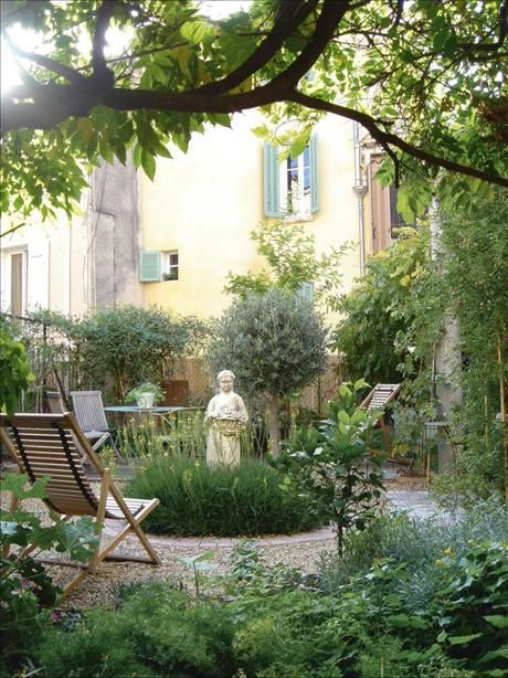 In the center of the garden, the statute is surrounded by bulbinella, with gravel in soft tones of terracotta. There are Olive trees, lavender, mimosa and lemon