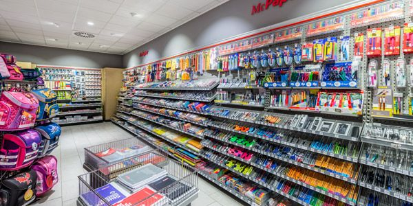 nelle zone laterail il riflettore Flood del proiettore a incasso QUIRA crea forti accenti sull'esposizione della merce #retail #LED #lighting
