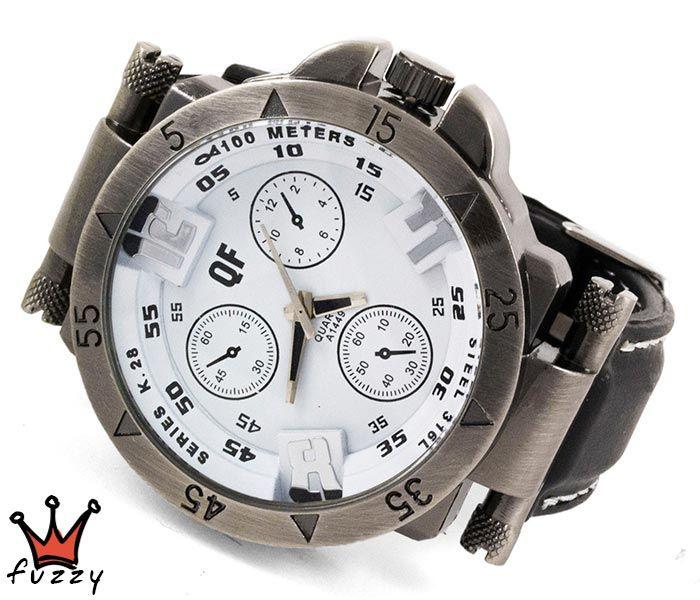 Ανδρικό ρολόι σε ασημί και λευκό χρώμα με ανάγλυφα σχέδια στο εσωτερικό του. Λουράκι σε μαύρο χρώμα από σιλικόνη με λευκές ραφές . Καντράν 45 mm.