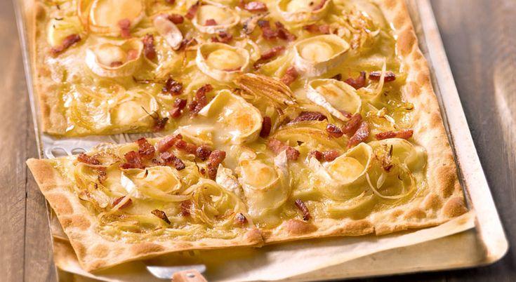 Appréciez la saveur sucrée salée de cette tarte flambée qui fait la fierté des Alsaciens. Sublime !