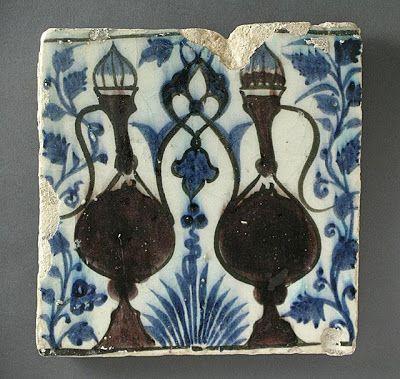 Çini | Menşei: Suriye veya Mısır | Dönem: 15. yüzyıl | Koleksiyon: İslam Sanatı, Camilla Chandler Frost (M.2002.1.119) olarak hediye Madina Koleksiyon | Tip: Seramik; Mimari eleman, Fritware, 8 3/8 x 8 1/4, sıraltı boyalı. (21.27 x 20.95 cm)
