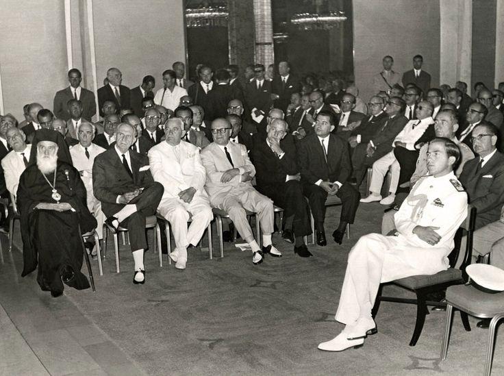 Στιγμιότυπο από το Α' Ναυτιλιακό Συνέδριο τον Αύγουστο του 1964. Ο Βασιλεύς και η πολιτική ηγεσία της χώρας παρακολουθούν τις εργασίες του συνεδρίου. / From the First Maritime Conference in August 1964. King Constantine, Prime Minister George Papandreou, Ministers and the leader of the opposition Panagiotis Kanellopoulos attending the speeches.