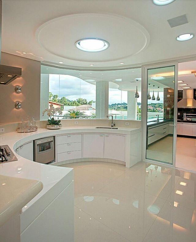Bom diaaaaaa Cozinha com um design curvilíneo integrada a área gourmet! Projeto Iara Kilaris #goodmorning #buenosdias #cozy #bomdia #bonjour #morning #domingo #sunday #kitchendesign #designer #decor #cocina #cozinha #gourmet #curves #top #curvas #house #residence #arquitetura #architecture #design #interiordesign #blogfabiarquiteta #fabiarquiteta
