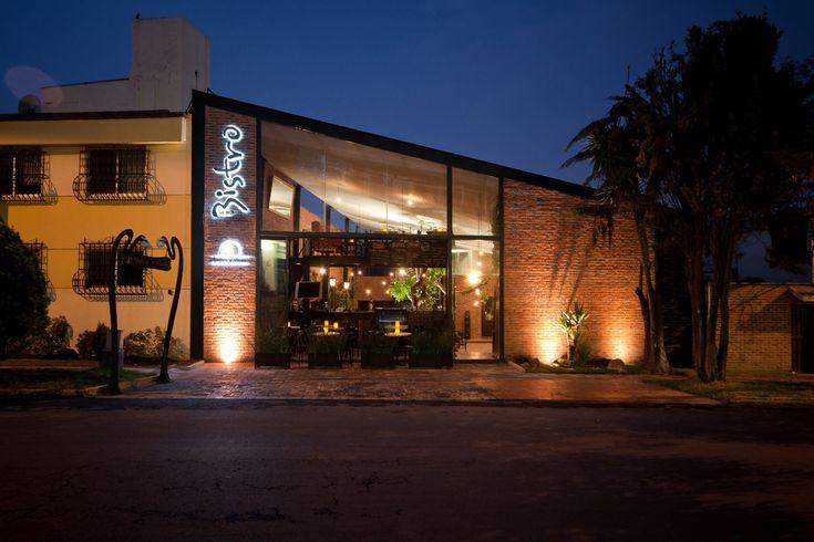 Construido por Metarquitectura en Puebla, Mexico con fecha 2001. Imagenes por Patrick Lopez. El Restaurante Bistro surge a partir de la propuesta de crear un restaurante francés contemporáneo. Este proyecto se ...