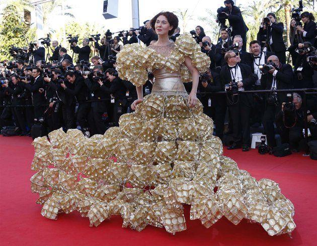 Vestido realizado con envases.