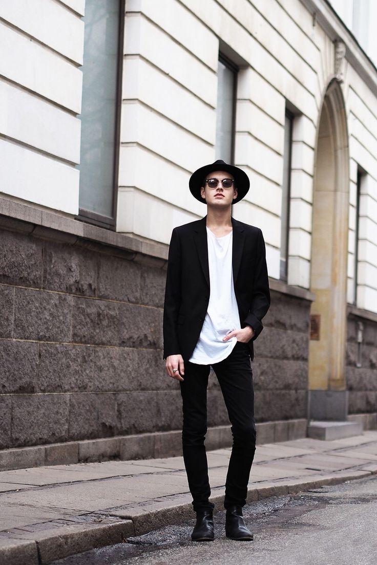 Il est mettre un chapeau et pantalon et veste tout noir et un malliot de corps blanc. Except no hat