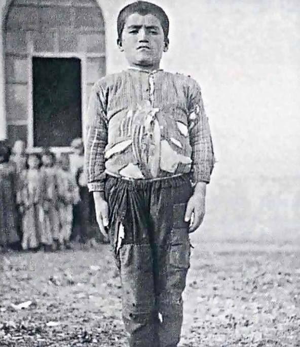 Köy Enstitüsü'süne kaydolmaya gelen bir öğrenci.Asalet kıyafette değil, duruşta olur.