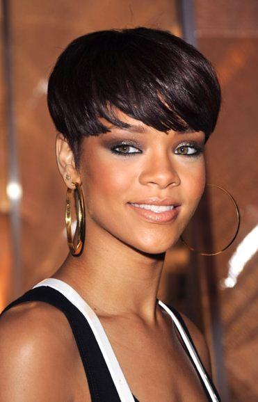 Rihanna con capelli corti castani  6273443cead6