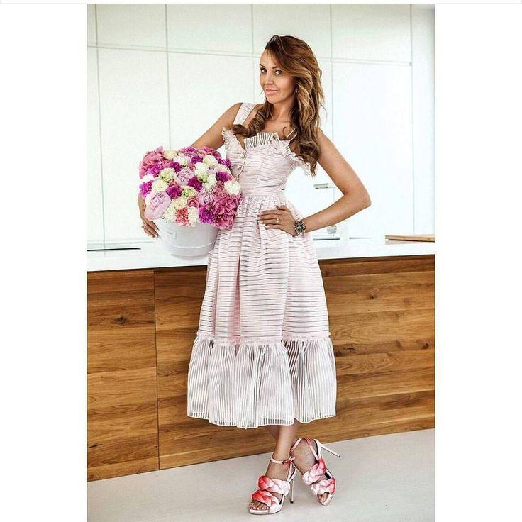 """,,White big box"""" w towarzystwie @chaos_martaaa. I nie trzeba wiecej słów. Jak dla nas połączenie idealne! #luxuryflowers #flowerslovers #flowerbox #fashionstyle #fashion #kwiatywpudełkach #dzien #matki #mom #mama #kochamcie #flowerstyle #beautiful #magical #roses #weekend #friday #poznan #flowershop http://gelinshop.com/ipost/1523263170667832549/?code=BUjt8h7F2Tl"""