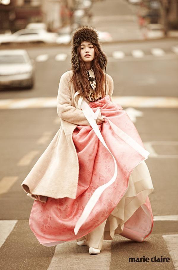 퍼 트리밍 모자는 에르메스. 실크 스카프는 디올.  퍼 롱 코트는 보테가 베네타 바이 분더샵. 버선코 신발, 코트 안에 입은 한복 치마와 저고리는 담연.