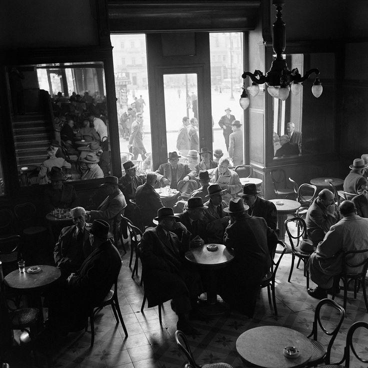 Dimitris Harissiadis, Zacharatos' café, Athens 1956 © Benaki Museum Photographic Archive