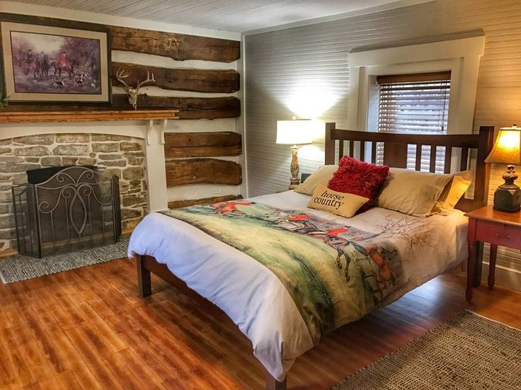 Guesthouse in Frankfort, United States. Bourbon Trail Distilleries, horse farms, nature, near KY Horse Park, Keeneland, Woodford Reserve Distillery and more!!  Newly renovated, charming and modern cottage designed around historic 1812 log cabin on a gorgeous 450 acre farm along the Kent...